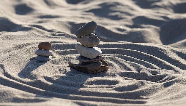ビーチの砂の背景に石