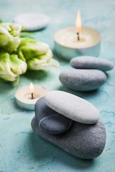 Спа процедура для лечения камней с зажженными свечами