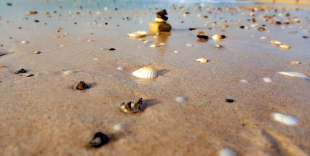 Камни сложены на пляже