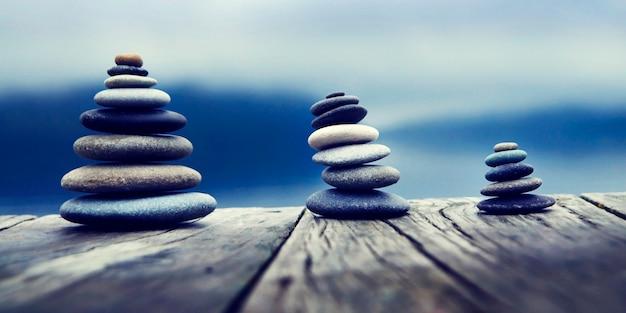 Stones tavolo in legno gruppo di oggetti concept