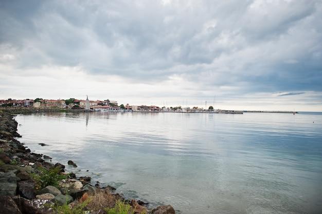 ブルガリア、ネセバルの海の石の多い海岸。