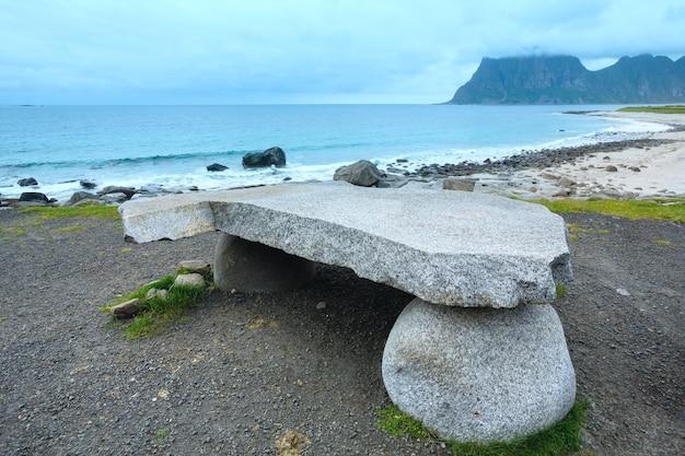 Hauklandビーチの石のテーブル。夏の曇りの景色(ノルウェー、ロフォーテン諸島)。