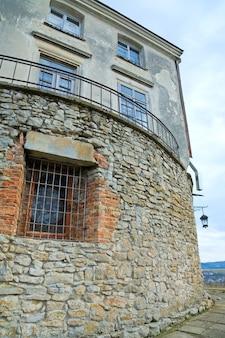 窓とランプのある石の壁(1390年以前に建てられたウクライナ、リヴィウスカ州、オレスコ城)