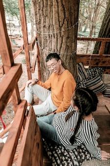 Перестань стесняться. природа вдохновила пару провести время в домике на дереве, наслаждаясь выходными