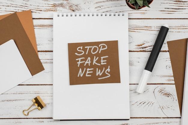 フェイクニュースコンセプトのトップビューを停止します