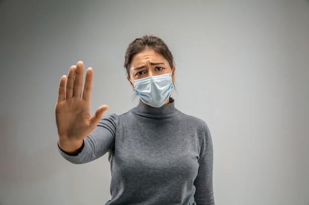 Прекрати .. кавказская женщина в респираторной маске от загрязнения воздуха и частиц пыли превышает пределы безопасности. концепция здравоохранения, окружающей среды, экологии. аллергия, головная боль.