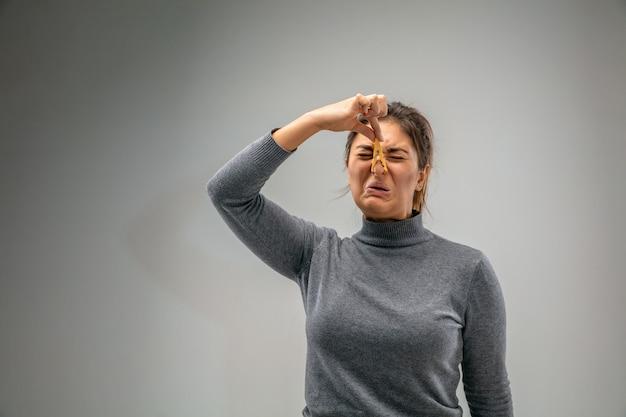 Прекратите это кавказская женщина с застежкой для защиты органов дыхания от загрязнения воздуха