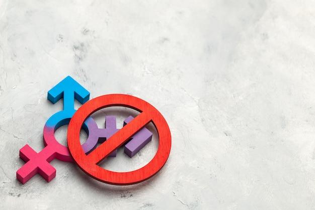 Lgbt를 중지하십시오. 트랜스 젠더와 교차 금지 표지판. 회색 배경.