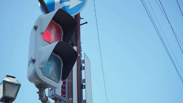 日本の街を歩く人々のために、交差点で信号と信号を止めてください。