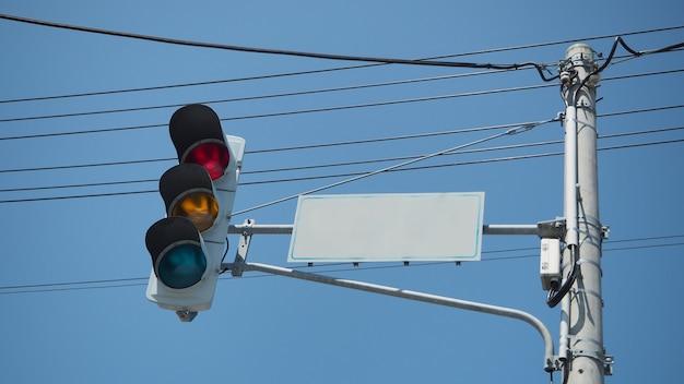 日本の都市の交差点で信号と信号を停止します。