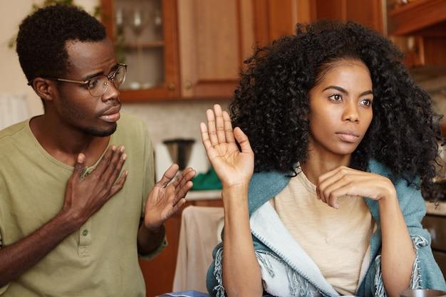 私に嘘をつくのをやめなさい。嘘を信じず、言い訳を無視して、不貞の夫に腹を立てた怒りの美しいアフリカ系アメリカ人女性。若いカップルの関係で困難な時期を通過