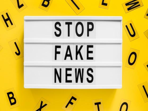 배경에 가짜 뉴스 레터 작성 중지