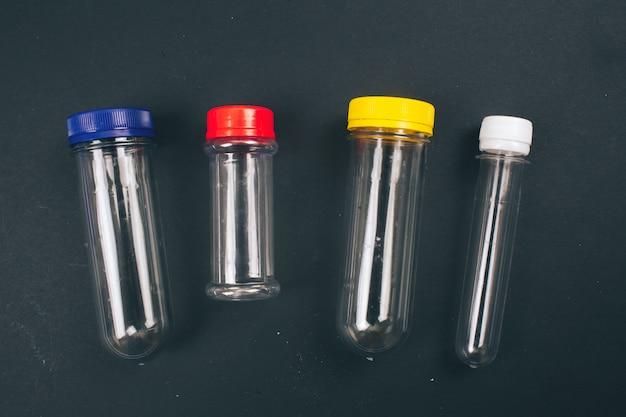 プラスチック汚染を止めます。空のカラフルなプラスチック容器、トップビュー。使い捨てプラスチックは不可。環境問題、eu指令。海洋生態を救う