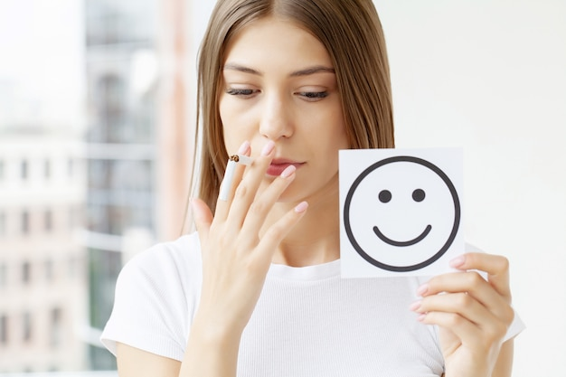 금연, 부러진 담배를 들고있는 여자와 미소로 카드