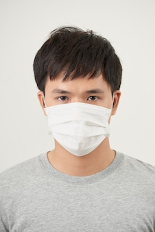 感染を止める健康な男性のジェスチャー停止を示す保護マスクを着用