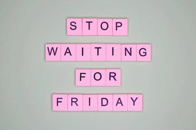 金曜日を待つのをやめなさい。やる気を起こさせるポスター。