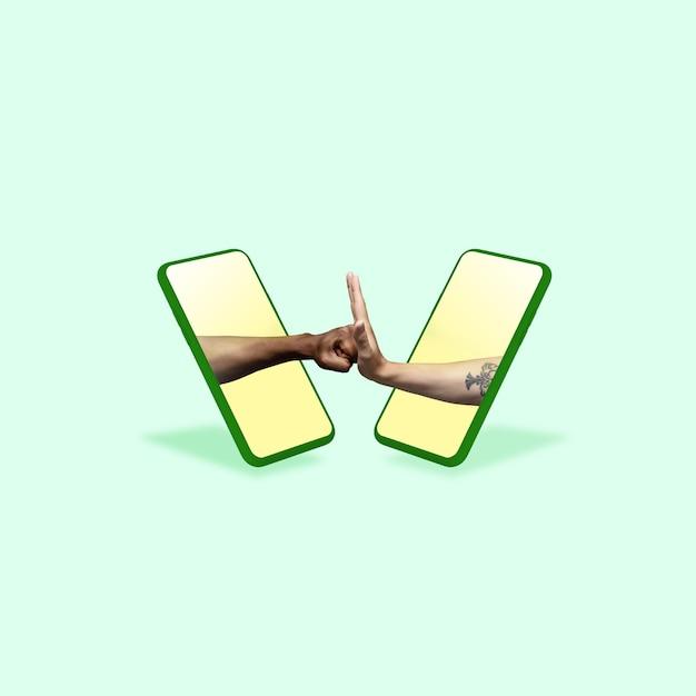 녹색 배경에 대해 휴대 전화 화면을 통해 몸짓 중지 손
