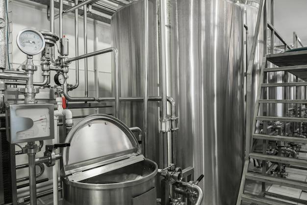 우유 공장의 저장 및 저온 살균 탱크. 낙농 공장의 장비