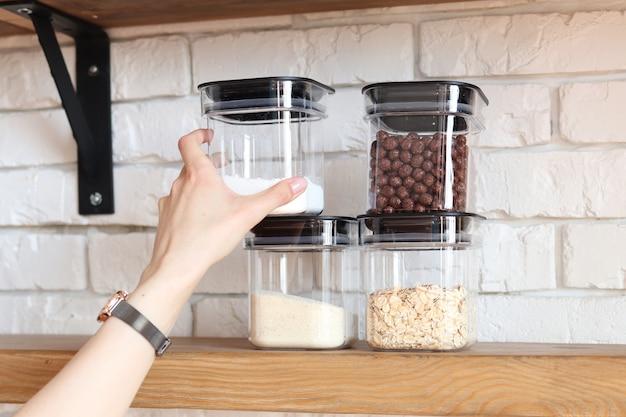 家庭での保管用シリアルと砂糖、キッチン内のスペースの整理
