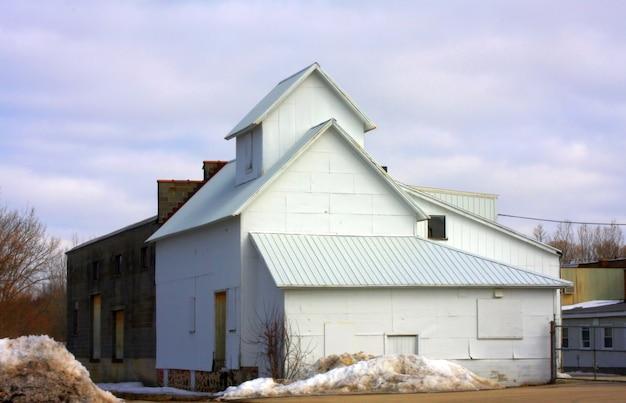 曇った青い空を背景にした倉庫