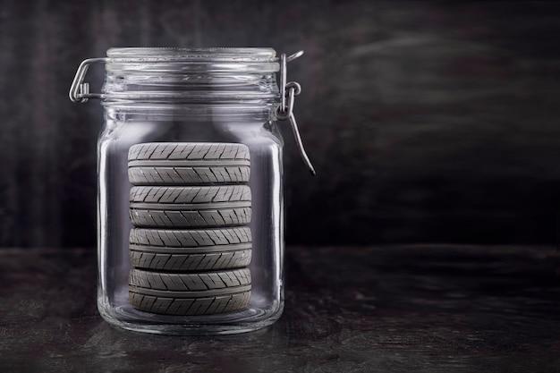Хранение автомобильных шин. колеса хранятся в стеклянной банке, концепт. копировать пространство.
