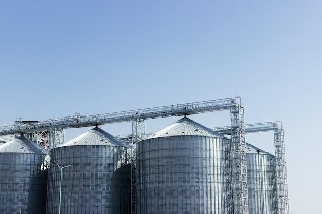 Бункеры для хранения сельскохозяйственных зерновых продуктов. промышленное хранение сырья в силосах.