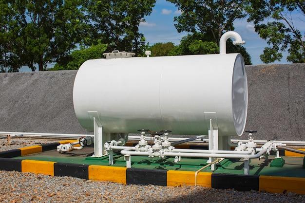 貯蔵タンクは、水平タンクとパイプラインの燃料油の1つを白くします。