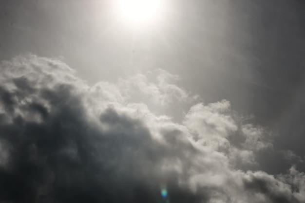 하늘에 폭풍 구름과 태양