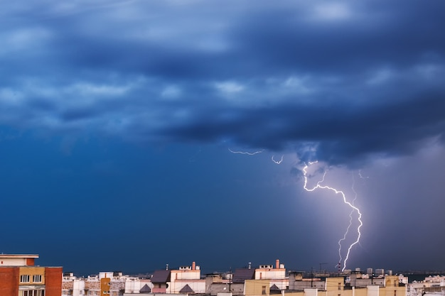 폭풍 구름, 폭우. 밤 도시의 천둥과 번개.
