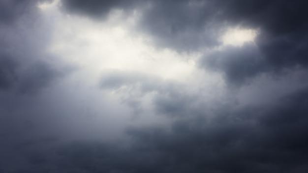 도시 위의 하늘에 폭풍 구름