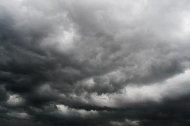 空の嵐の雲
