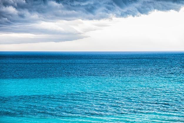바다 위에 폭풍 구름입니다.