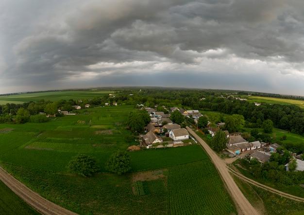 村の家の上の嵐の雲。