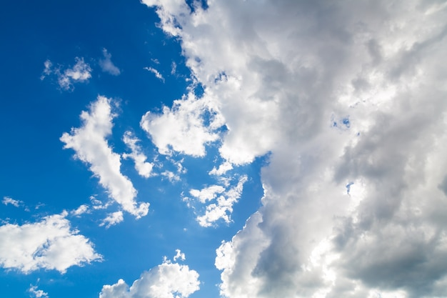 青空の背景と嵐の雲