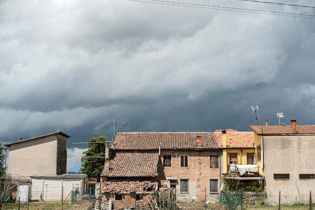 오래된 집 아래 하늘에 폭풍이 오고 있다