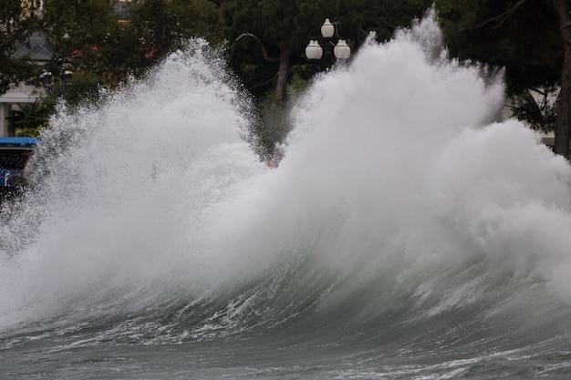 겨울에 북부 해안에서 부서지는 폭풍우. 폭풍우 치는 바다와 하늘과 계절 기후 변화