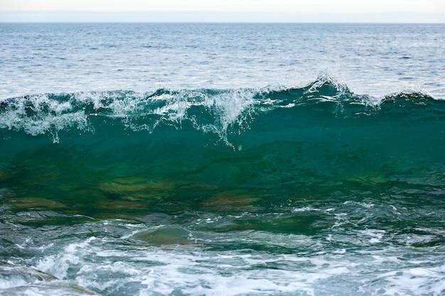 Штормовая волна на побережье арктики. баренцево море, россия.