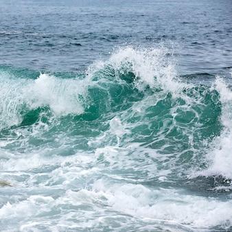 北極の海岸の嵐の波。バレンツ海、ロシア。