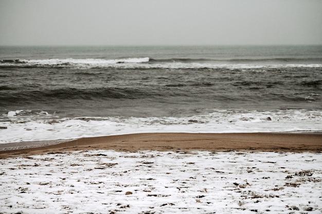 Бурный зимний пейзаж балтийского моря