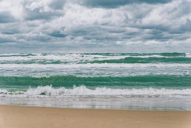 Бурное черное море днем