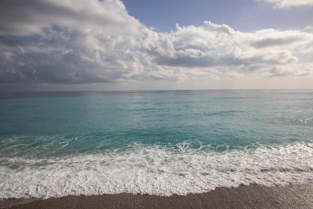 嵐の雲と美しい海の景色