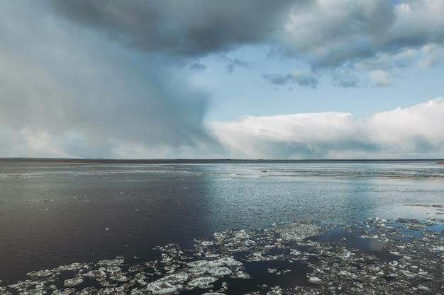 湖の上の嵐の雲。