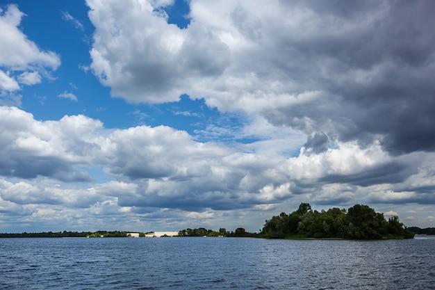 강 위의 폭풍우 구름, 물 위의 아름다운 구름