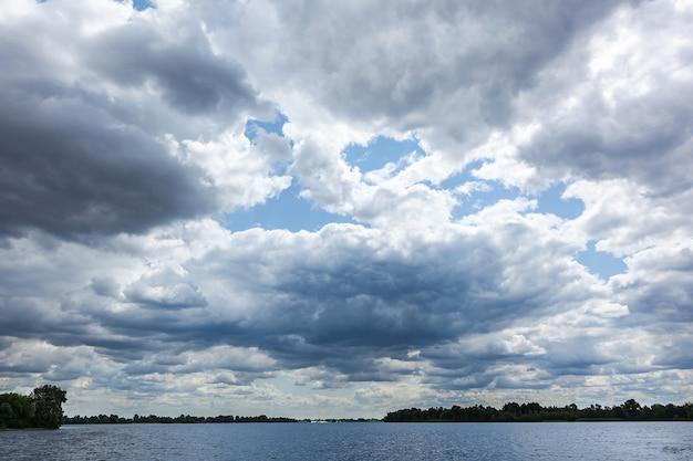 강 위의 폭풍우 치는 구름, 물 위의 아름다운 구름