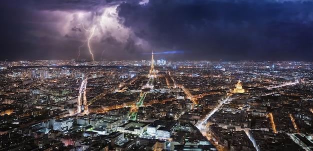 Бурный день в париже с молниями