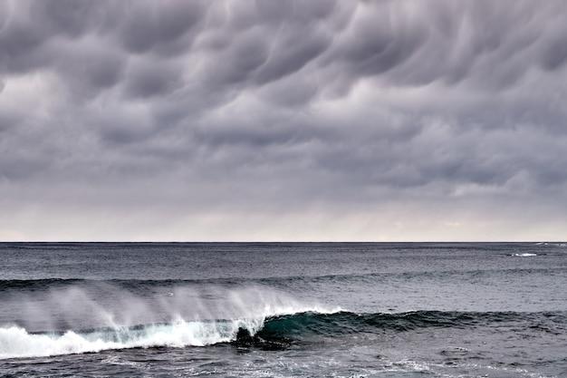 Бурный пейзаж моря и облаков на рассвете