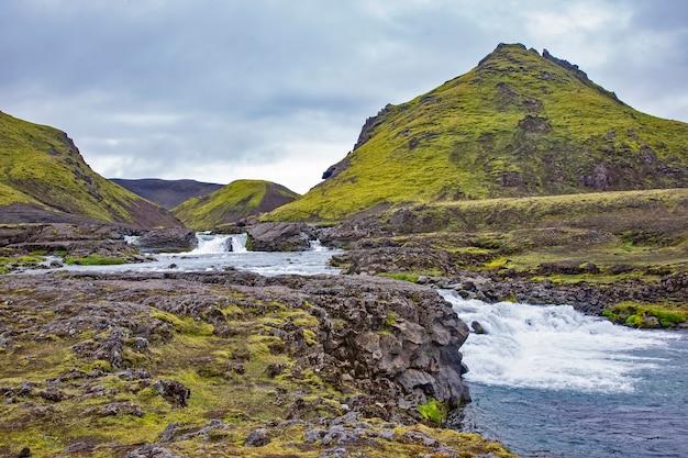 아이슬란드의 빙하에서 폭풍우가 치는 강이 흐릅니다. 멋진 여행을위한 자연과 장소
