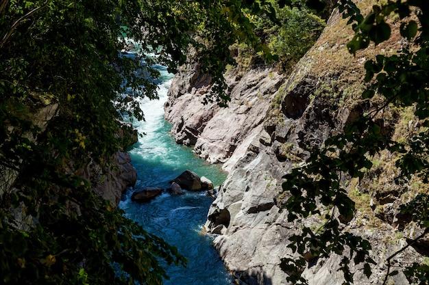 ハジョフ渓谷の嵐の川ベラヤ。美しい風景、峡谷、峡谷。