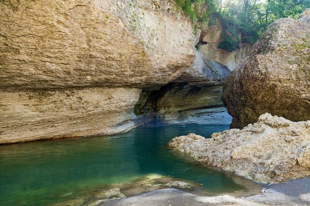 Khadzhokh 협곡의 폭풍우 치는 강 belaya. 아름다운 풍경, 협곡 및 협곡.
