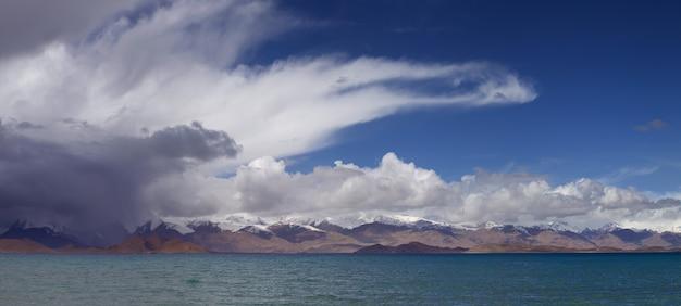 タジキスタンのパミール山脈のカラクル湖の嵐の空